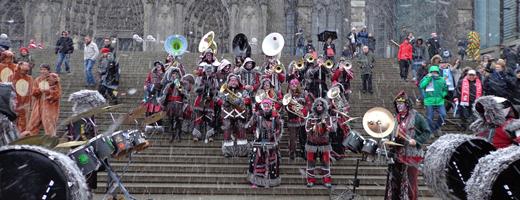 """""""Die Schweizer Band Blaari gab auf den Treppen zum Kölner Dom ein Konzert!"""""""